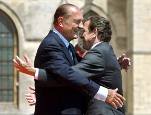 French President Jacques Chirac (L) greets German Chancellor Gerhard Schroeder during the arrival ceremony in Caen on Sunday, 06 June 2004. World leaders and thousands of veterans are due to gather in Normandy this weekend to mark the 60th anniversary of the D-Day landings. Foto. Anatoly Maltsev dpa